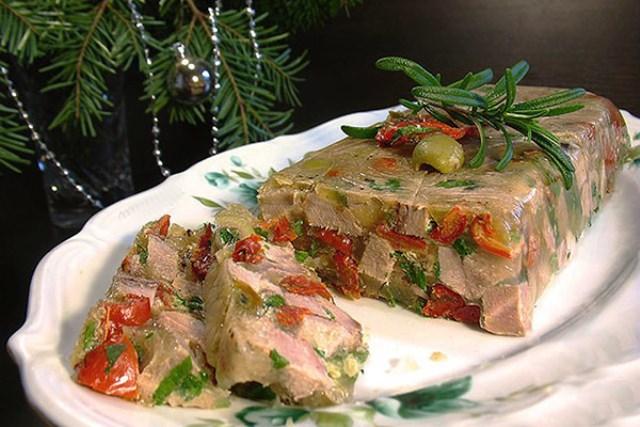 Террин из языка - изысканное и необычное блюдо французской кухни. Террин будет не только украшением праздничного стола, но и порадует всех гостей своим вкусом.