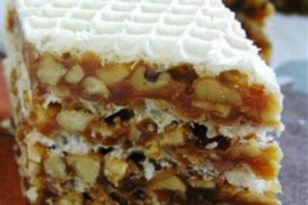 Этот тортик, сделанный из вафельных коржей и прослойки, похожей на грильяж, очень выручит, когда хочется сладкого, но нет возможности заняться выпечкой.