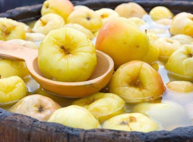Отличная закуска с неповторимым вкусом - моченые яблоки. Быстрые и простые рецепты на любой вкус.