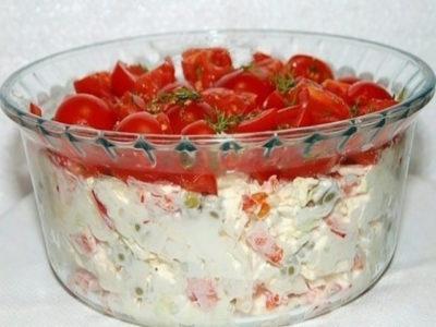 Я предлагаю свой вариант салата «Красная шапочка», который получился очень вкусным. Так что советую непременно попробовать его сделать, он не оставит вас равнодушным и будет частенько появляться на вашем столе. ИНГРЕДИЕНТЫ:  курица отварная — 150 г; перец сладкий — 1 шт.; капуста пекинская (или любой листовой салат) — 150 г; яйцо вкрутую — 1 шт.; консервированный зеленый горошек — 2 ст. л.; помидоры — 150 г; укроп — несколько веточек; майонез — 5 ст. л.; соль — по вкусу  ПРИГОТОВЛЕНИЕ: В миску мелко нарезать пекинскую капусту. Вареную курицу нарезать мелкими кусочками. Сладкий перец нарезать кубиками небольшого размера. Консервированный зеленый горошек отцедить от лишней жидкости и добавить в миску с салатом. Добавить измельченное яйцо. Лук репчатый мелко нарезать. Желательно использовать лук сладких сортов. Все перемешать, посолить, заправить майонезом и выложить в салатницу. Верх салата «Красная шапочка» разровнять. Помидоры нарезать небольшими кусочками. Добавить мелко нарезанный укроп и соль. Помидоры перемешать и выложить ими верхний слой салата — это будет нашей «Красной шапочкой».