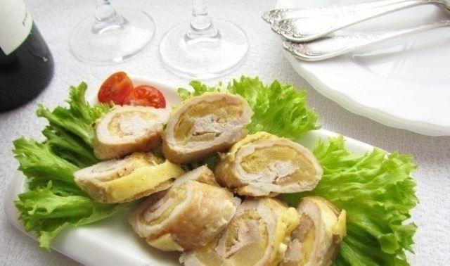 Рулетики из свинины с ананасами и сыром