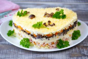 Рецепт вкусного слоеного салата с опятами и копченой курицей 1